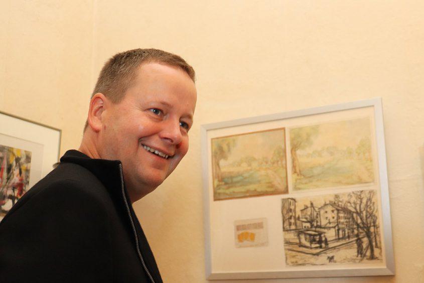 Klaus Lederer vor Arbeiten von Oskar Huth und Käte Kausel
